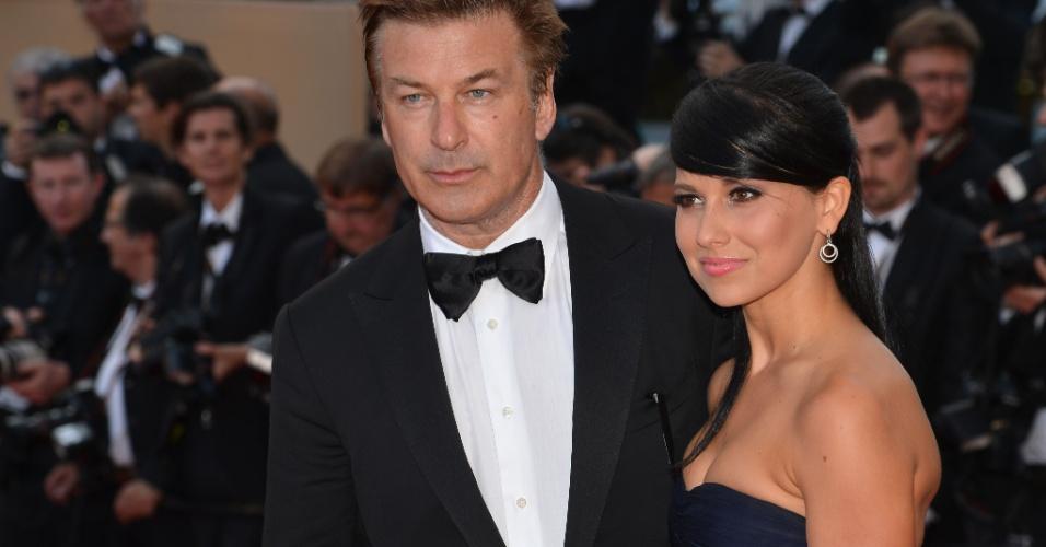 """Alec Baldwin chega com a companheira Hilaria Thomas a exibição do filme """"Mud"""" no Festival de Cannes, na França (26/5/12)"""