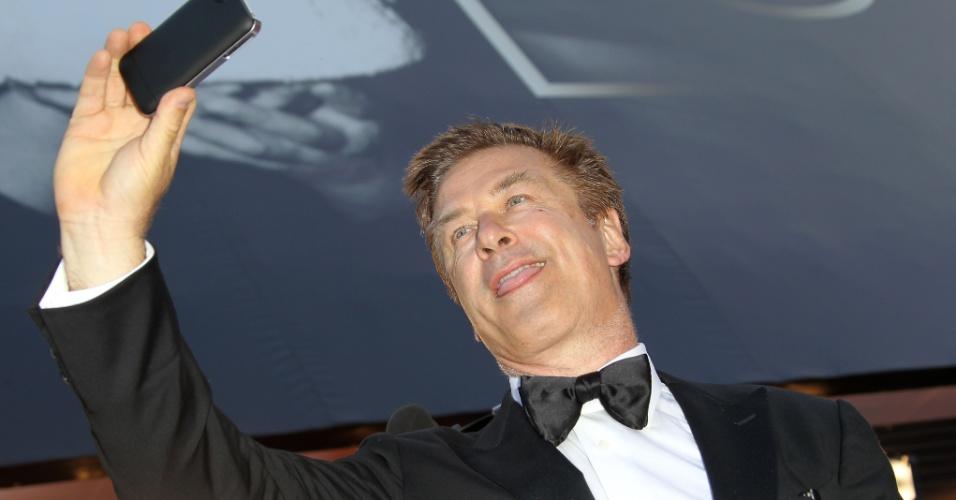 """Alec Baldwin tira fotos com o celular na sua chegadaà exibição do filme """"Mud"""" no Festival de Cannes, na França (26/5/12)"""