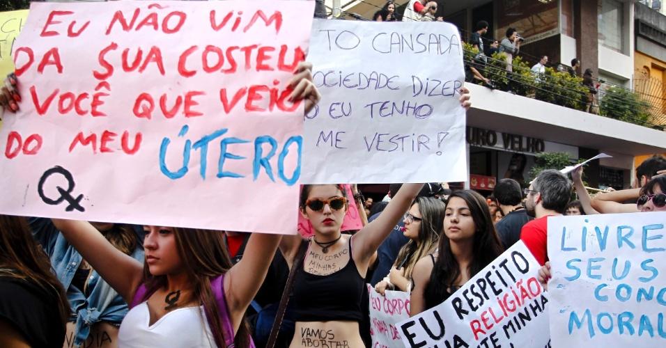 Cartazes criativos na Marcha das Vadias em São Paulo, que ocupou a avenida Paulista neste sábado (26)