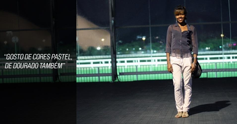 Cris Muniz, 28, modelo, veste blusa de seu acervo, top Myth, calça Osklen e sandália New Order. A bolsa é confecção da amiga Pat (25/05/2012)