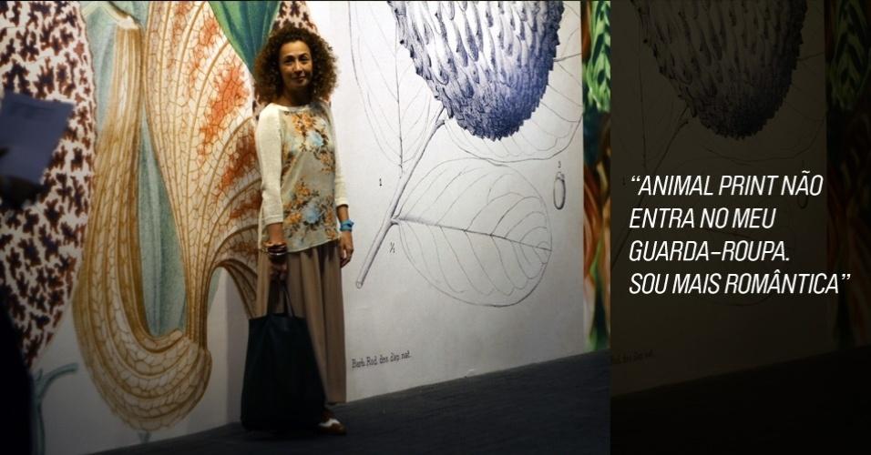 Daniely Von Atzingen, 33, brand manager da loja virtual Farfetch, veste blusa Club Mônaco, saia American Apparel, sapato estilo Oxford comprado em uma viagem, pulseiras de Bali e bolsa Céline (25/05/2012)