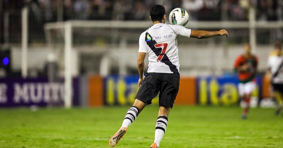 Diego Souza mata a bola livremente para armar a jogada de ataque do Vasco