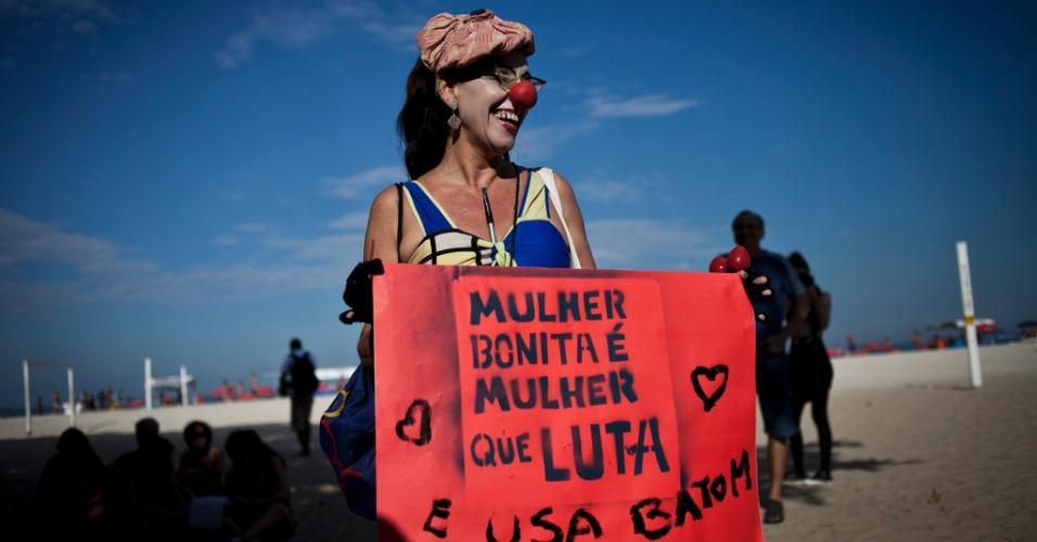 Em dia ensolarado, mulher vai à Marcha das Vadias na Praia de Copacabana