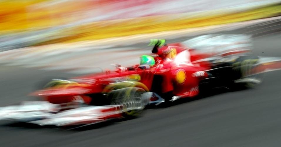Felipe Massa acelera sua Ferrari no circuito de rua de Monte Carlo