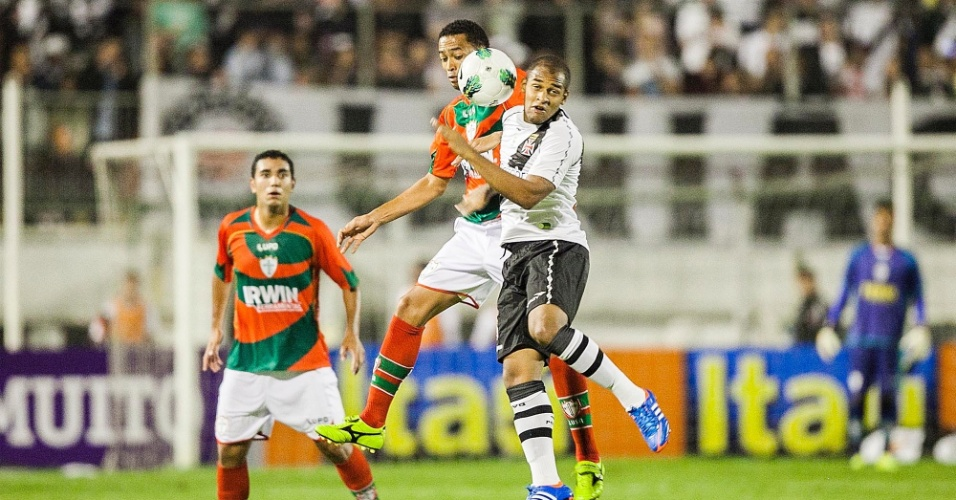 Fellipe Bastos, do Vasco da gama, disputa lance com jogadores da Lusa