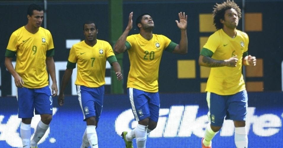 Hulk (nº 20) agradece após abrir o placar para o Brasil no amistoso contra a Dinamarca na Alemanha