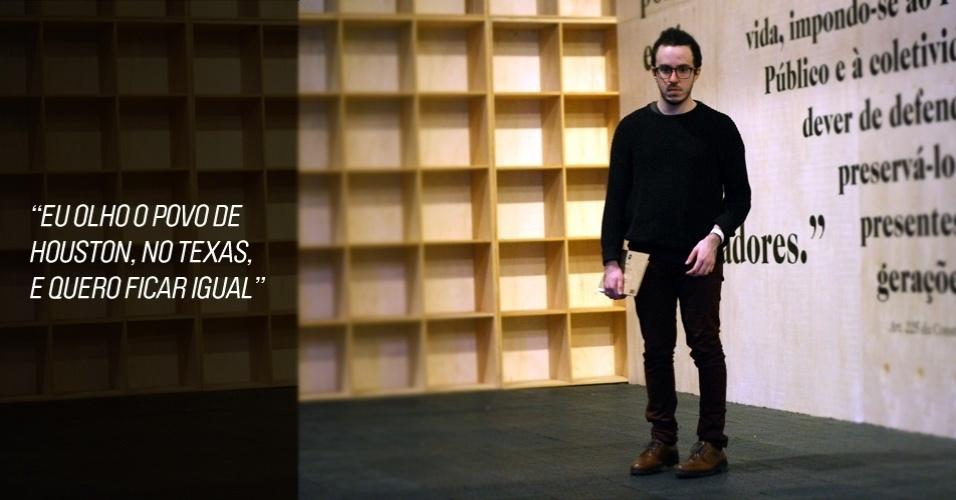 João tem 22 anos e é datilógrafo. Seu sweater é American Apparel, as calças e o sapato, Kooples (25/05/2012)