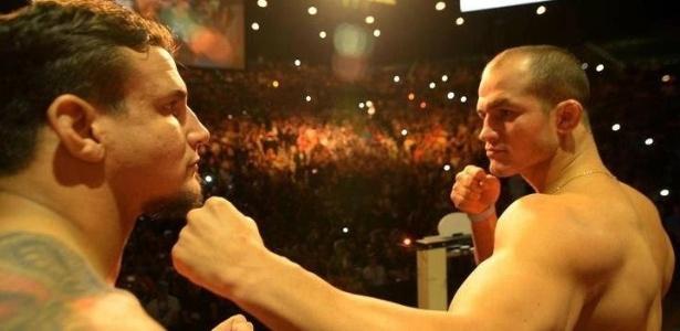 Júnior Cigano aproxima o punho esquerdo do queixo de Frank Mir na encarada para o UFC 146