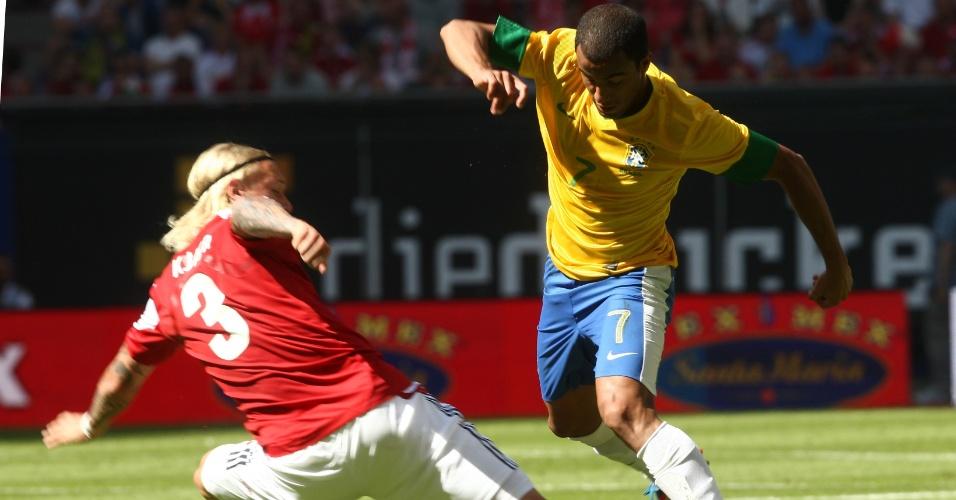 Lucas tenta o drible contra a Dinamarca