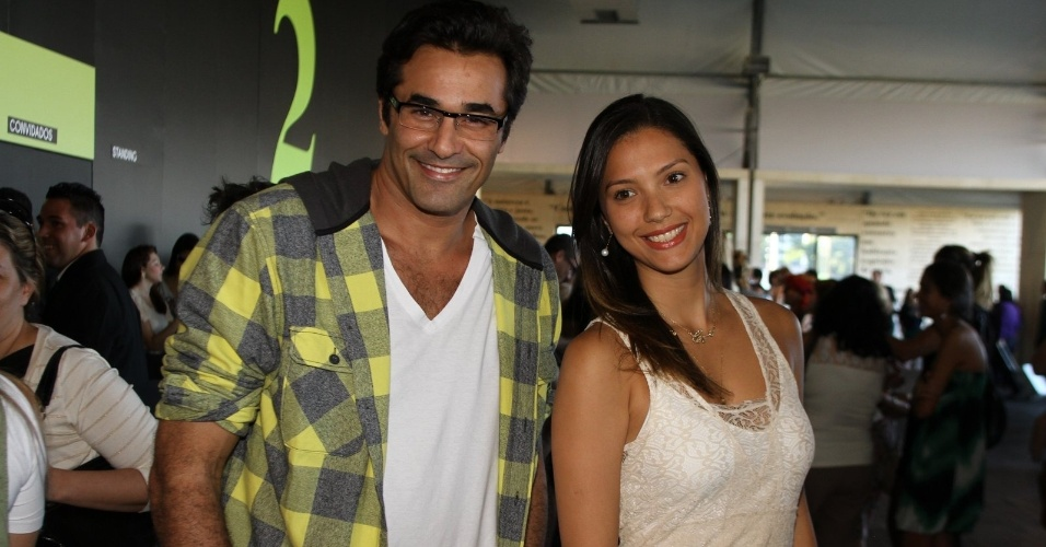 Luciano Zafir vai com a amiga Mayra Carvalho ao &#250;ltimo dia de Fashion Rio. O evento de moda acontece no Jockey Club, zona sul da capital carioca (26/5/12)