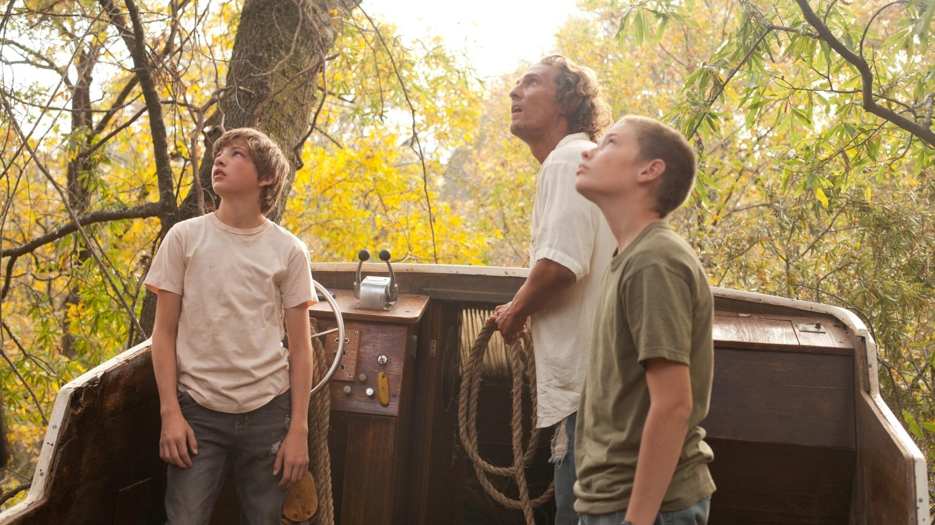 Matthew McConaughey (centro), Tye Sheridan (esq.) e Jacob Lofland em cena do filme