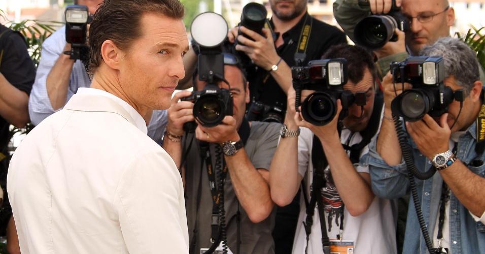 """Matthew McConaughey diante do """"muro de fotógrafos"""" em Cannes. O ator é protagonista do filme """"Mud"""" (26/05/2012)"""