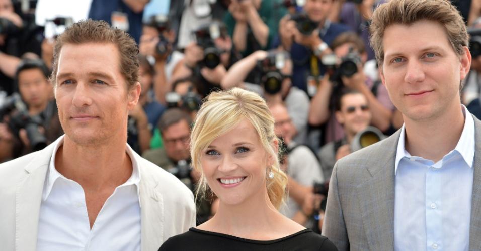 """Matthew McConaughey, Reese Witherspoon e o diretor Jeff Nichols na sessão de fotos antes de entrarem na entrevista coletiva sobre o filme """"Mud"""", em Cannes (26/05/2012)"""