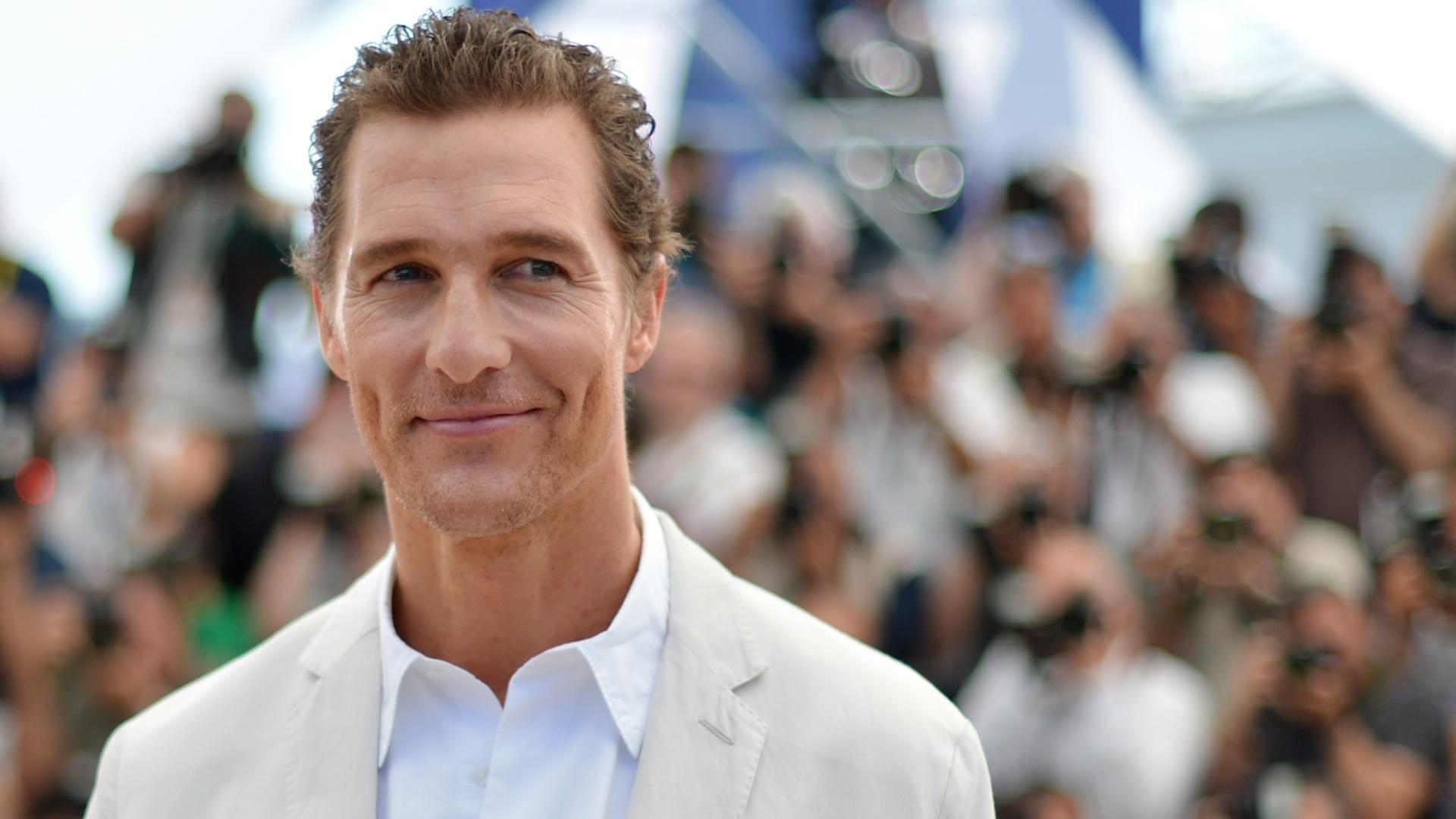Matthew McConaughey sorri para os fotógrafos antes de falar aos jornalistas em Cannes sobre o filme