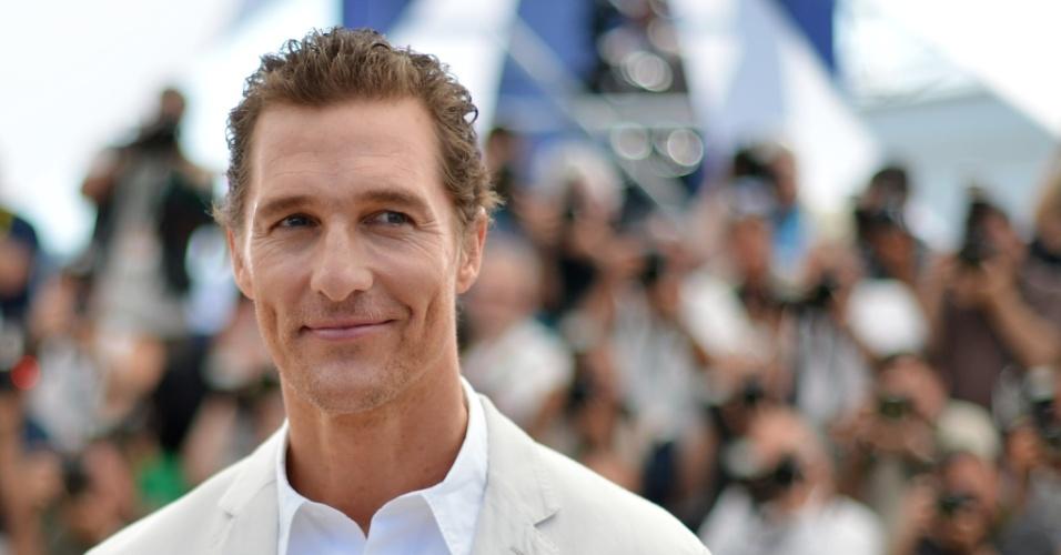 """Matthew McConaughey sorri para os fotógrafos antes de falar aos jornalistas em Cannes sobre o filme """"Mud"""", no qual faz o personagem título (26/05/2012)"""