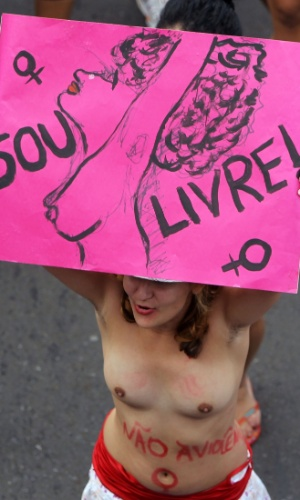 Mulher ergue cartaz durante a Marcha das Vadias, em Bras&#237;lia. Neste s&#225;bado (26), cidades em todo o Brasil aderiram ao movimento, que come&#231;ou no Canad&#225; no ano passado e se espalhou pelo mundo