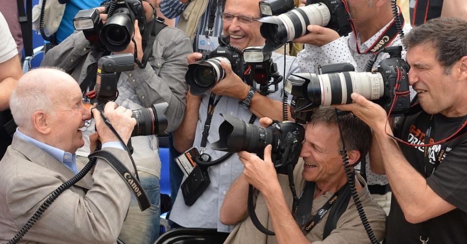 """O ator francês Michel Boucquet, que está em Cannes para promover """"Renoir"""" na seção Un Certain Regard, brinca com os fotógrafos (26/052012)"""