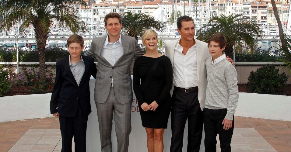 """O diretor Jeff Nichols (segundo à direita) e os atores Matthew McConaughey (segundo à direita), Reese Witherspoon (centro), Tye Sheridan (à direita) e Jacob Lofland, do filme """"Mud"""", posam para os jornalistas em Cannes (26/05/2012)"""