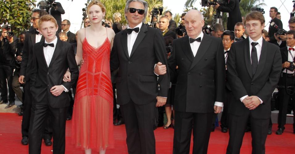 """O elenco do filme """"Mud"""" Posa para os fotógrafos no tapete vermelho (da esq para dir): o ator belga Thomas Doret, a atriz francesa Christa Theret, o diretor francês Gilles Bourdos e os atores franceses Michel Bouquet e Vincent Rottiers, no Festival de Cannes, na França (26/5/12)"""