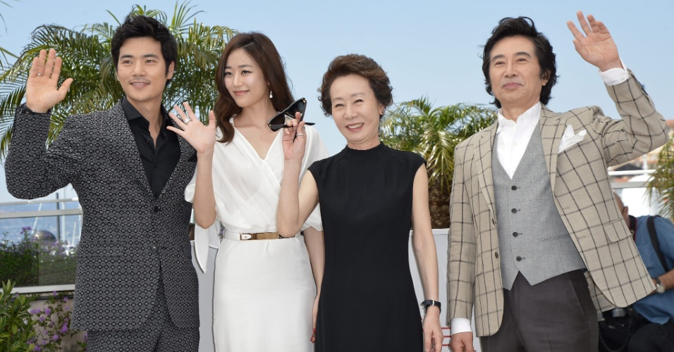 "O elenco do filme sul coreano ""The Taste of Money"" posa para os fotógrafos no Festival de Cannes, na França (da esq para dir): Kim Kang-woo, Kim Hyo-jin, Youn Yuh-jung e Baek Yoon-sik (26/5/12)"
