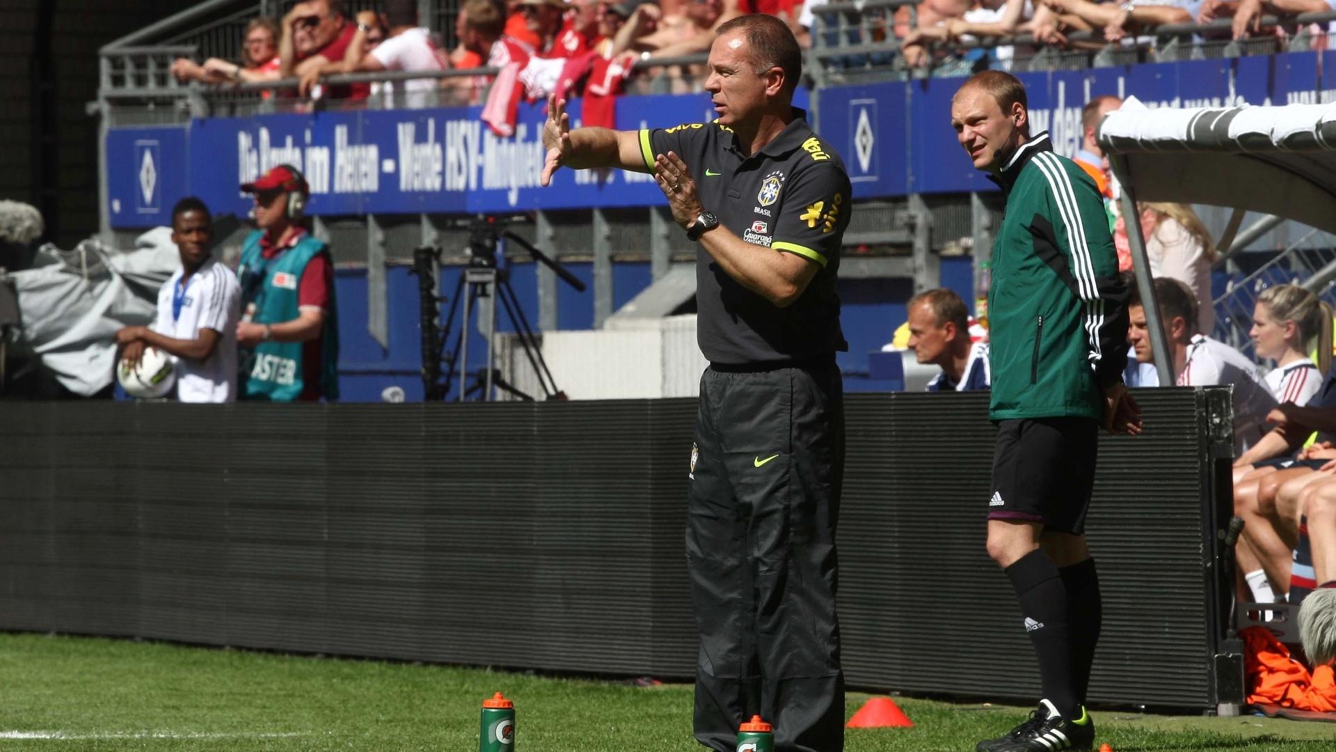 O técnico Mano Menezes orienta os jogadores brasileiros no duelo contra a Dinamarca