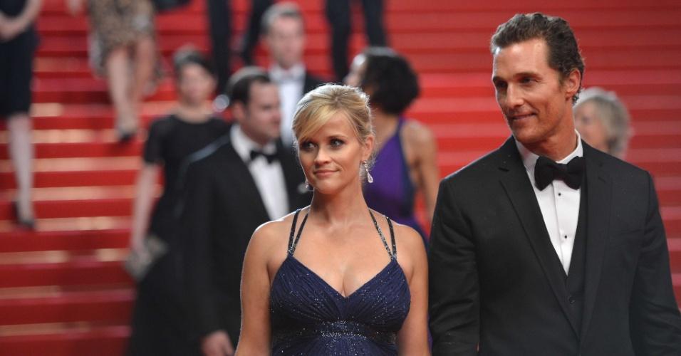 """Reese Witherspoon e Matthew McConaughey sorriem na saída da exibição do longa """"Mud"""" no Festival de Cannes, na França (26/5/12)"""