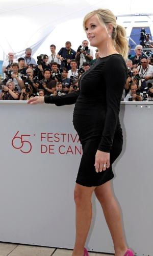 """Reese Witherspoon exibe a barriga de cinco meses de gravidez em sessão de fotos antes de falar aos jornalistas em Cannes sobre o filme """"Mud"""" (26/05/2012)"""