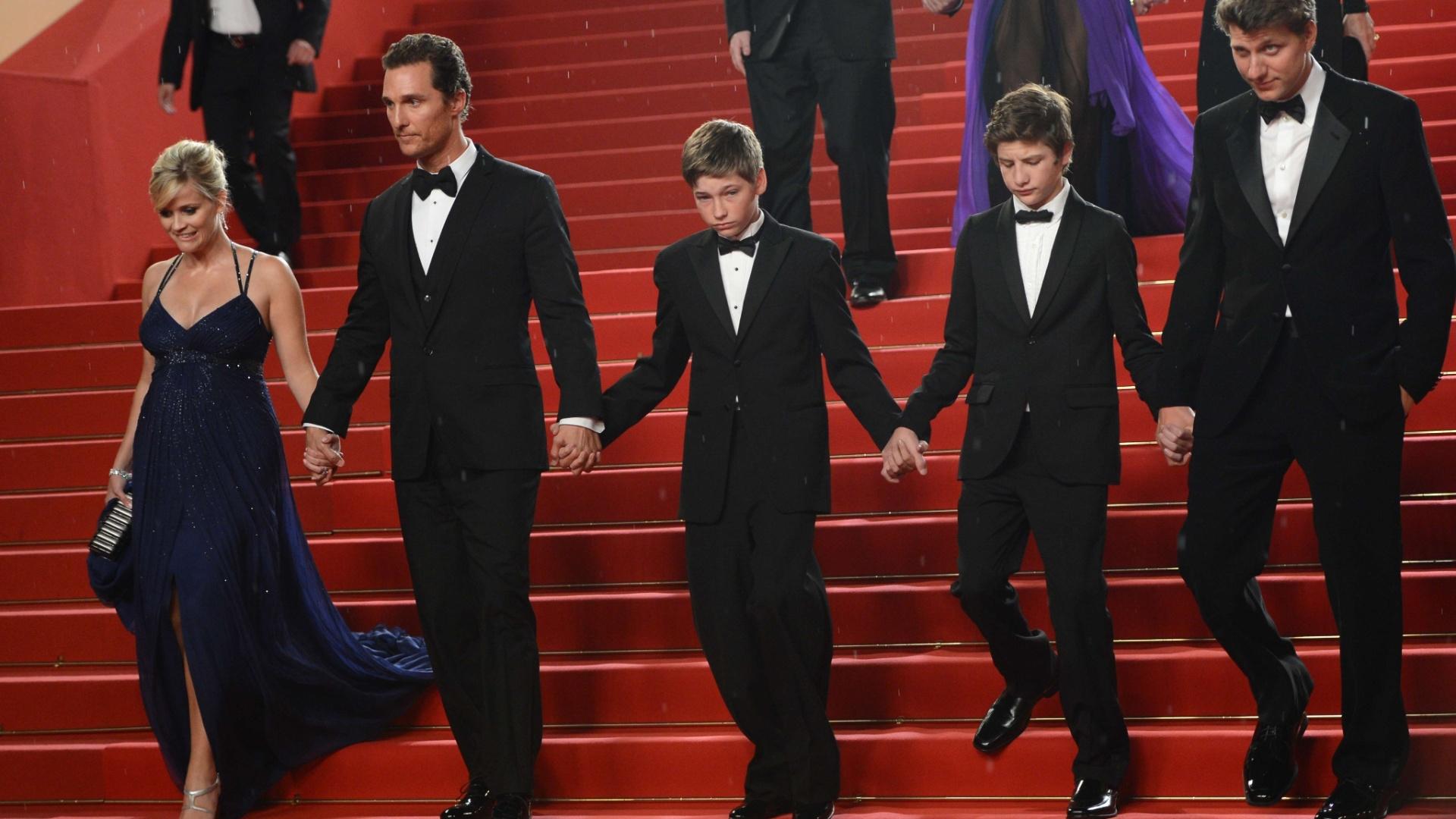 Reese Witherspoon, Matthew McConaughey, Jacob Lofland, Tye Sheridan e o diretor Jeff Nichols dão as mãos na saída da exibição do longa