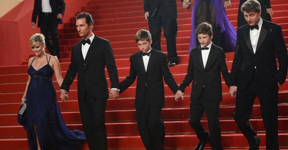 """Reese Witherspoon,  Matthew McConaughey, Jacob Lofland, Tye Sheridan e o diretor Jeff Nichols dão as mãos na saída da exibição do longa """"Mud"""" no Festival de Cannes, na França (26/5/12)"""