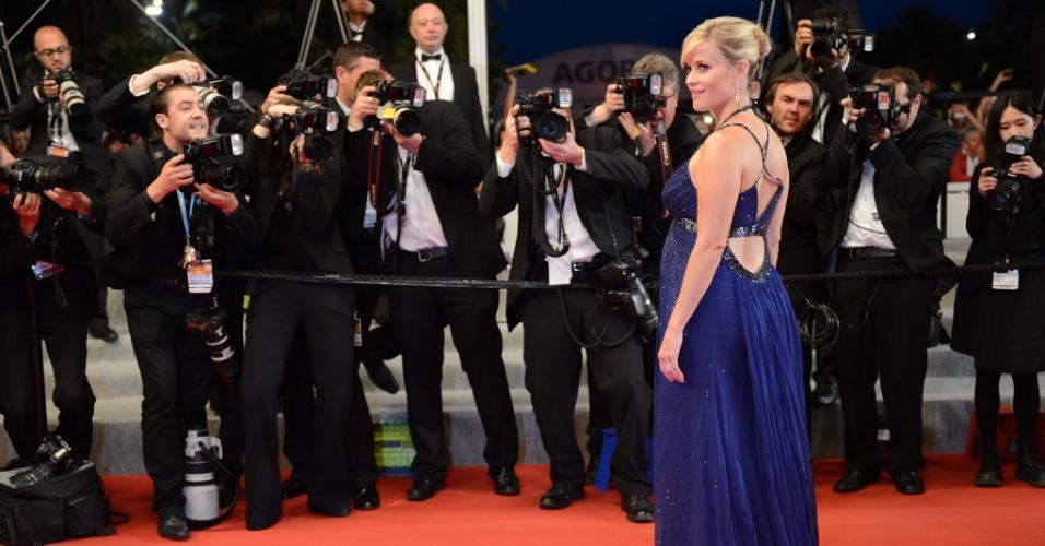 """Reese Witherspoon posa para os fotógrafos no tapete vermelho do filme """"Mud"""" no Festival de Cannes, na França (26/5/12)"""