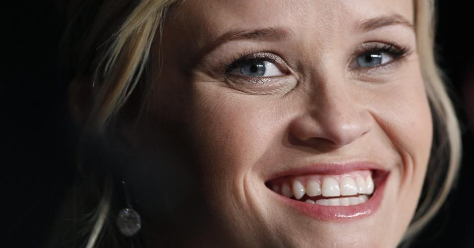 Reese Witherspoon sorri para as câmeras durante entrevista a jornalistas em Cannes (26/05/2012)
