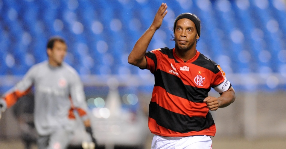 Ronaldinho foi vaiado ao ser substituído no segundo tempo do jogo