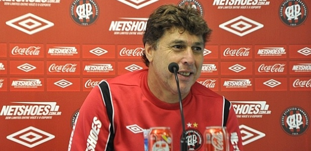 Técnico do Atlético-PR, Juan Carrasco, concede entrevista no CT do Caju (26/05/2012)
