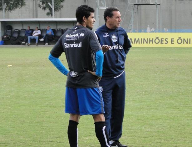 Técnico Vanderlei Luxemburgo do Grêmio orienta o lateral Tony durante treino no suplementar do estádio Olímpico (26/05/2012)