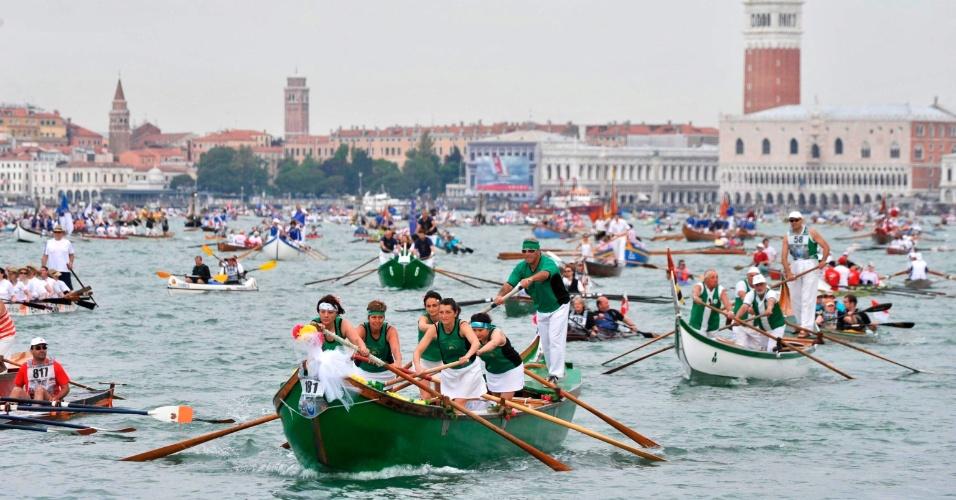 """27.mai.2012 - Barcos de tamanhos e formas diversas participam da 38ª edição da regata competitiva """"Vogalonga"""", em Veneza, na Itália"""