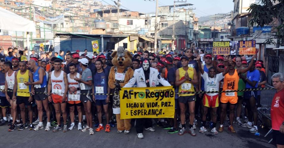27.mai.2012 - Cerca de dois mil corredores participaram neste domingo da terceira edição do Desafio da Paz, no Complexo do Alemão, no Rio de Janeiro