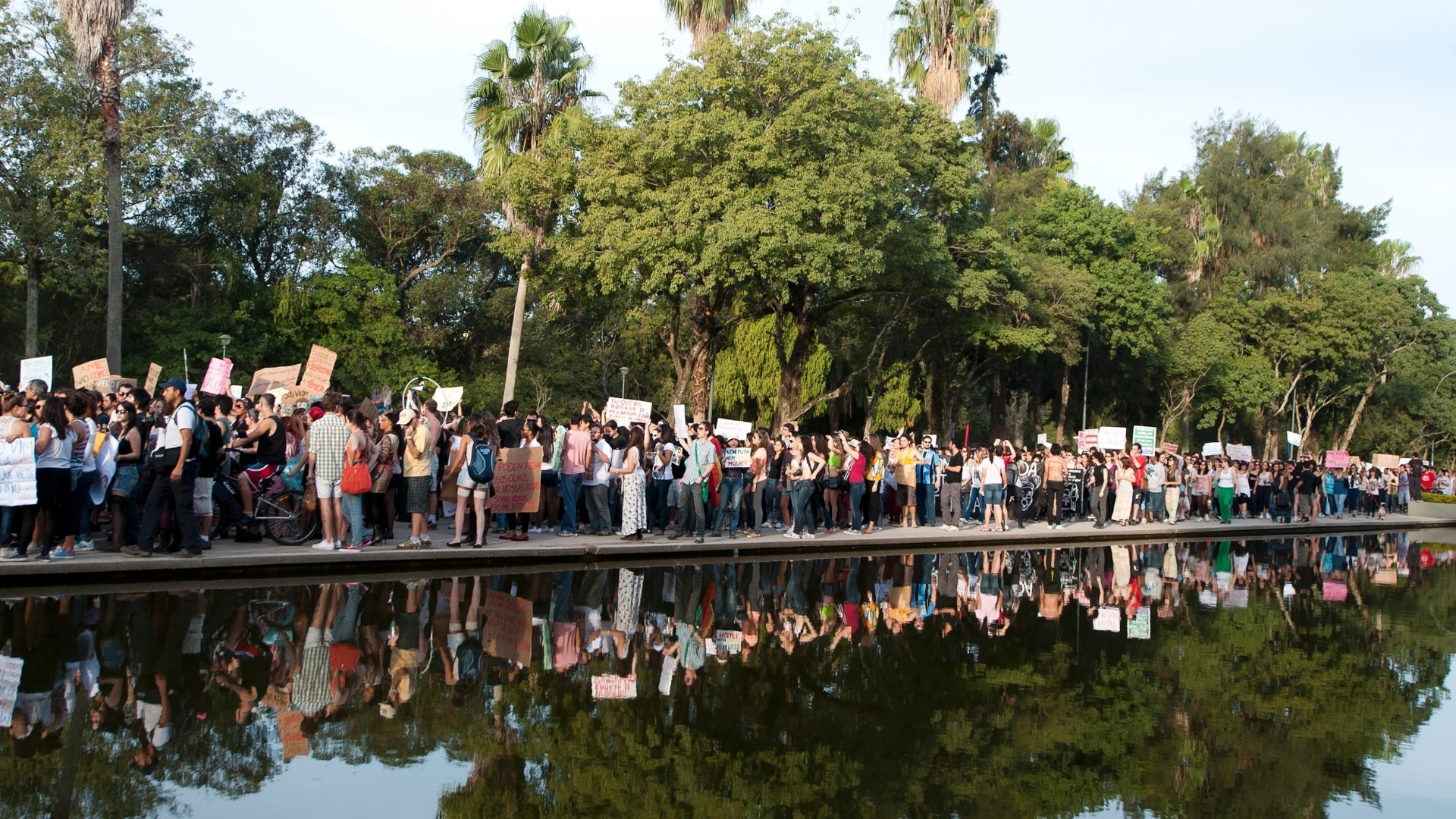 27.mai.2012 - Em Porto Alegre, a Marcha das Vadias saiu do Parque da Redeno. Neste fim-de-semana, vrias outras cidades tambm organizaram o protesto, em defesa dos direitos das mulheres