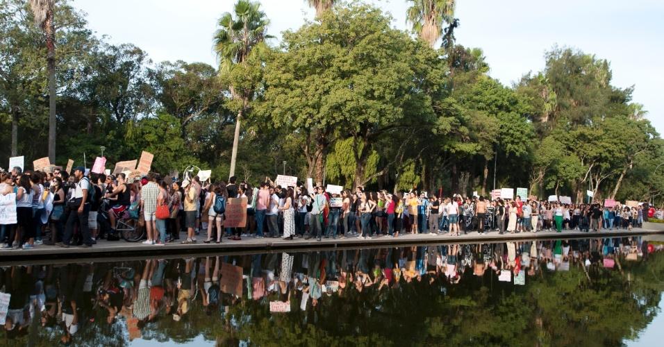 27.mai.2012 - Em Porto Alegre, a Marcha das Vadias saiu do Parque da Redenção. Neste fim de semana, várias outras cidades também organizaram o protesto, em defesa dos direitos das mulheres