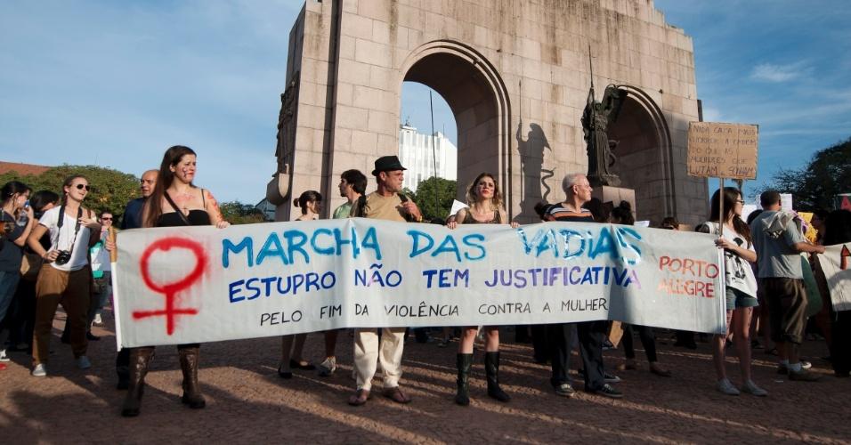 27.mai.2012 - Em Porto Alegre, homens e mulheres se encontraram no Parque da Redenção para pedir igualdade entre os gêneros. A Marcha das Vadias ocorreu em diversas cidades brasileiras neste final de semana