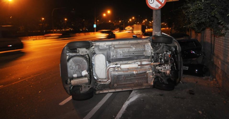 27.mai.2012 - Fiat Palio vira após bater em um Fiat Idea na Marginal Pinheiro, em São Paulo, próximo à ponte Eusébio Matoso. Quatro pessoas ficaram feridas