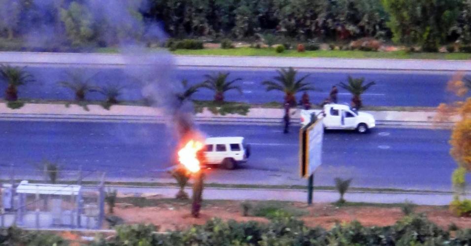 27.mai.2012 - Foto divulgada pela oposição síria mostra explosão que destruiu carro das forças de segurança nos arredores do bairro Mazze, em Damasco, capital do país