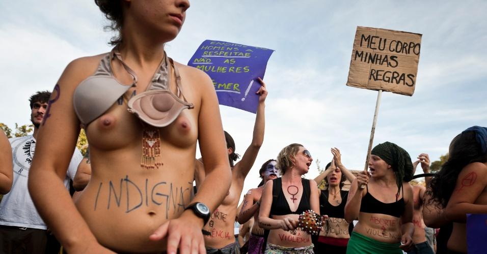 27.mai.2012 - Manifestantes pintam o corpo para a Marcha das Vadias, em Porto Alegre. A primeira Marcha aconteceu em Toronto, no Canadá, em abril do ano passado, depois que um policial canadense atribuiu casos de estupros ao fato de