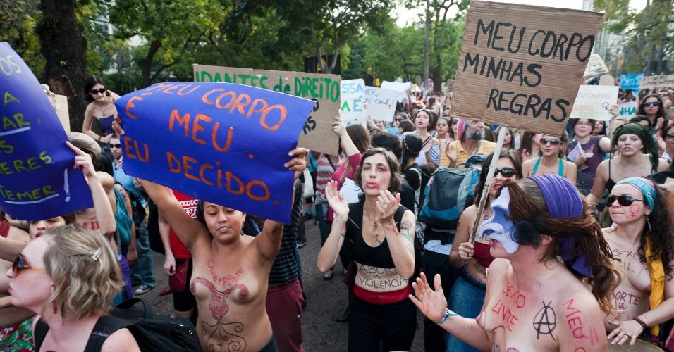 27.mai.2012 - Mulheres e homens realizaram a Marcha das Vadias em Porto Alegre neste domingo. A primeira Marcha aconteceu em Toronto, no Canadá, em abril do ano passado, depois que um policial canadense atribuiu casos de estupros ao fato de