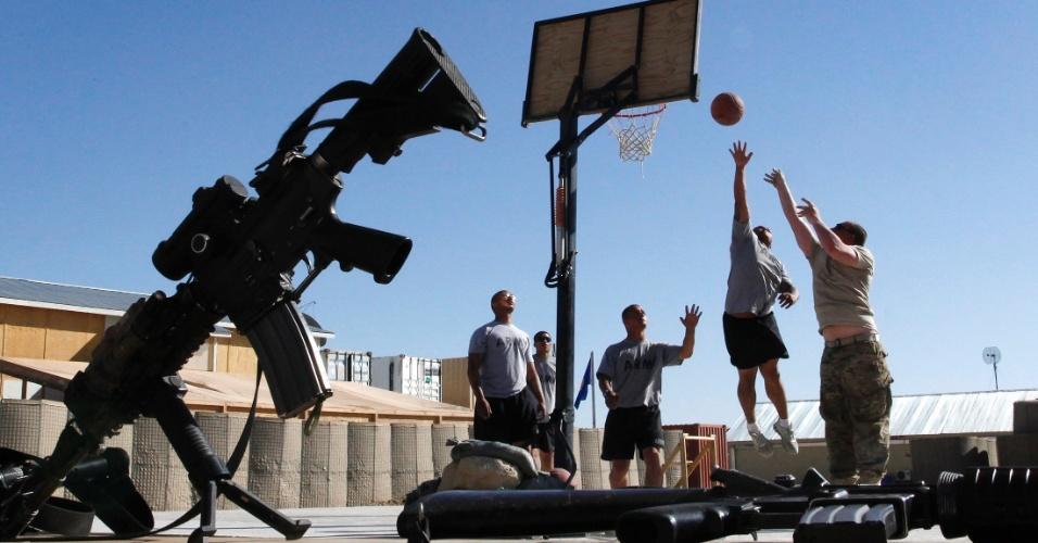 27.mai.2012 - Soldados americanos jogam basquete em base dos Estados Unidos no Afeganistão