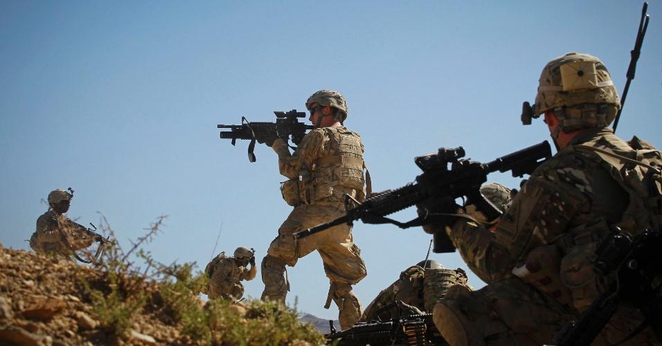 27.mai.2012 - Soldados do Batalhão do Exército dos EUA tomam posição de confronto após terem sido atacados por talibans durante uma patrulha em vila no distrito de Kherwar, província de Logar, no leste do Afeganistão