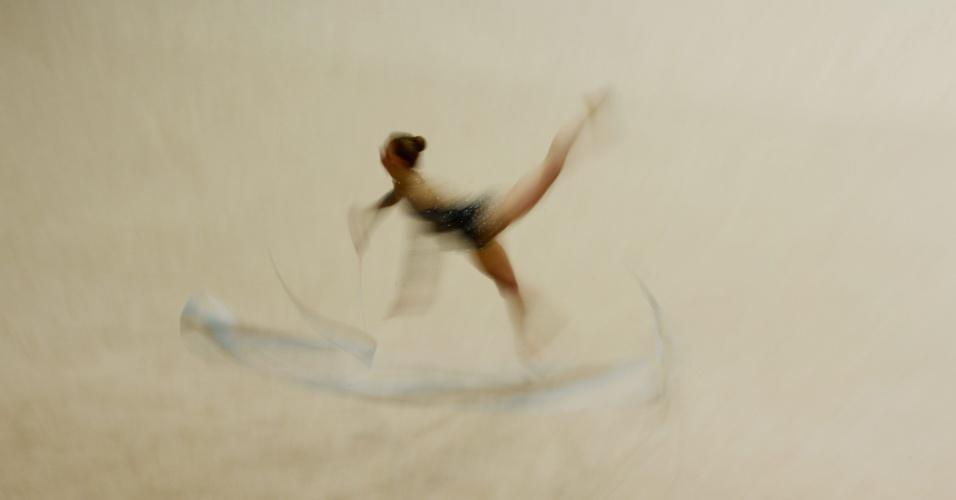 A ginasta australiana Janine Murray compete na final da modalidade de ginástica rítmica durante os campeonatos de ginástica australianos, que acontecem no Parque Olímpico de Sydney, capital do país