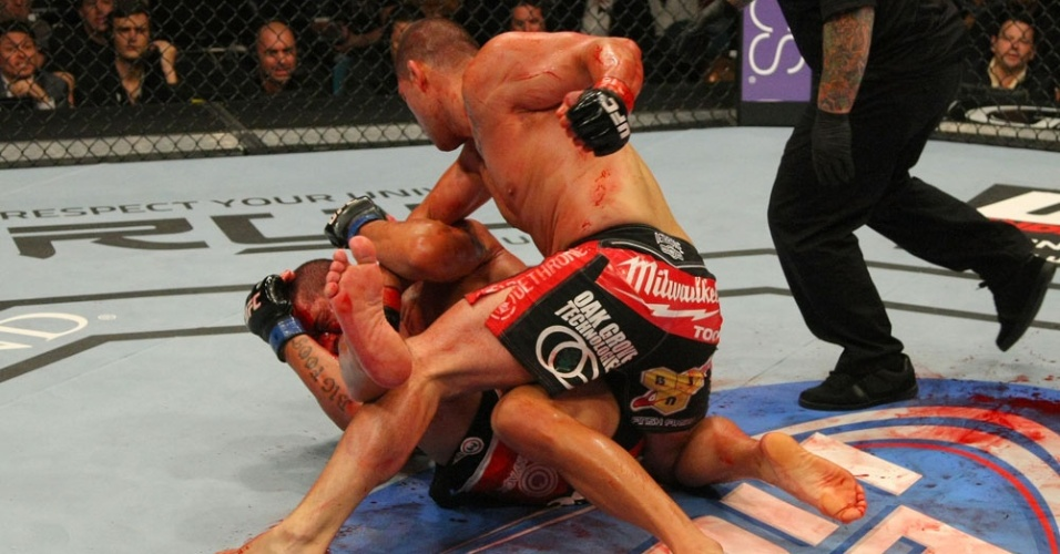 A luta entre Antonio Silva, o Pezão, e o ex-campeão dos pesados Cain Velásquez foi sangrenta. O brasileiro sofreu uma cotovelada do rival que resultou em um grande corte na face.
