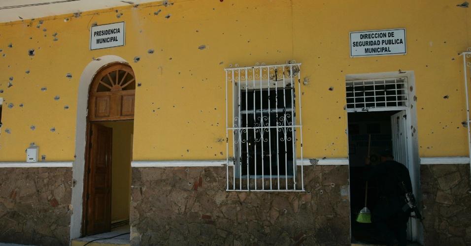 A sede da Prefeitura de San Cristobal de las Barrancas, perto de Guadalajara, no México, foi vazada por buracos de balas. Atiradores em dez caminhões atacaram a cidade no domingo (27), mas não deixaram feridos, de acordo com a mídia local