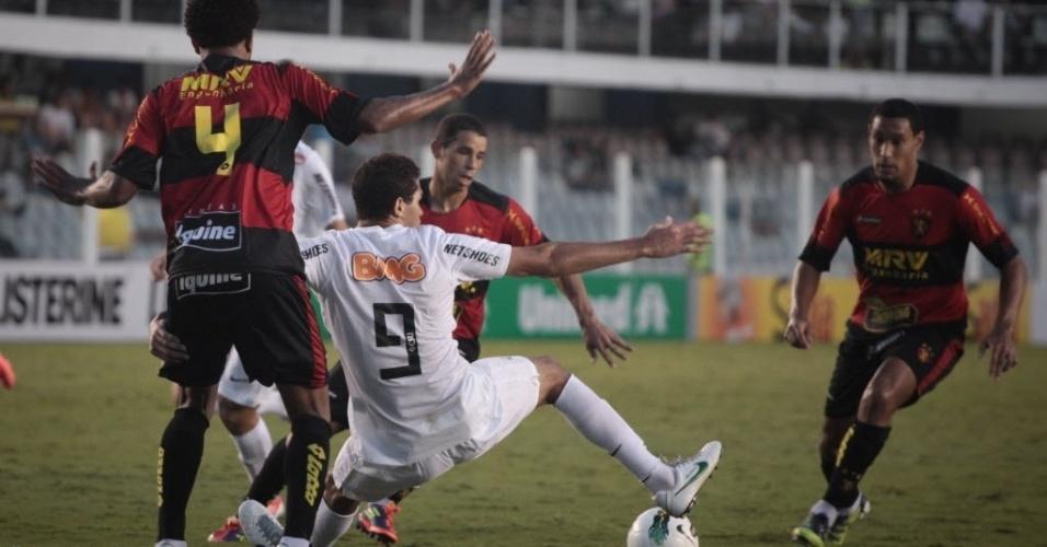 Alan Kardec, do Santos, tenta dominar bola dentro da área, mas cai no gramado, durante o empate por 0 a 0 com o Sport