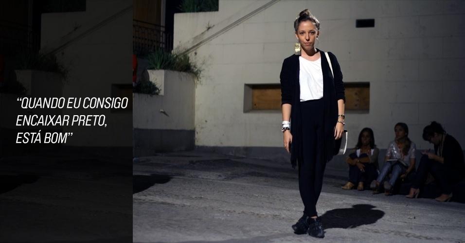 Aline Dias, 22, stylist, veste cardigã Ateen, camiseta Hering, bota Office e brinco da coleção da Triya, desfilada nesta edição do Fashion Rio. Ela não lembra onde comprou a legging (26/05/2012)